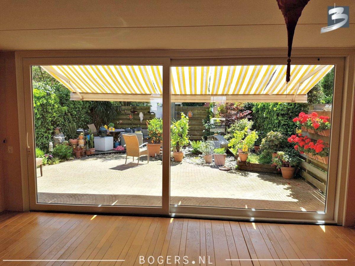 Minimalistisch interieur schuifpui: glazen schuifdeuren en